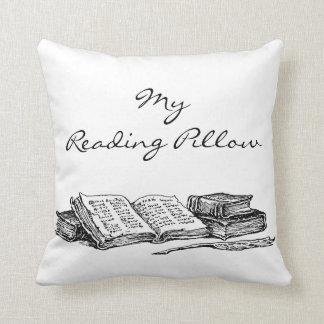 Libros viejos y almohada de encargo de la lectura cojín decorativo