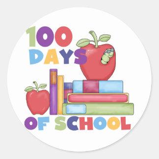 Libros y manzanas 100 días de camisetas de la pegatina redonda