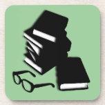 Libros y vidrios de lectura posavasos de bebidas