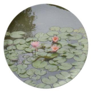 licencia de la flor de loto de la charca plato para fiesta