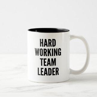 Líder de equipo de trabajo duro taza de café de dos colores