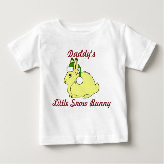Liebres árticas amarillas con el gorra verde de playera de bebé