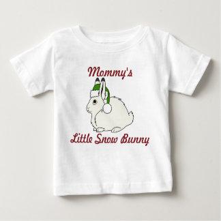 Liebres árticas blancas con el gorra verde de playera de bebé