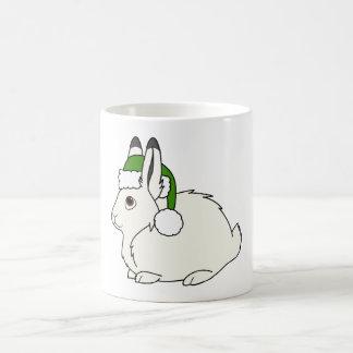 Liebres árticas blancas con el gorra verde de taza clásica