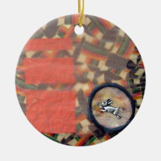 Liebres del equinoccio vernal - collage adorno navideño redondo de cerámica