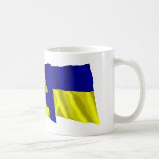 Liechtenstein y banderas que agitan de Triesenberg Taza Clásica