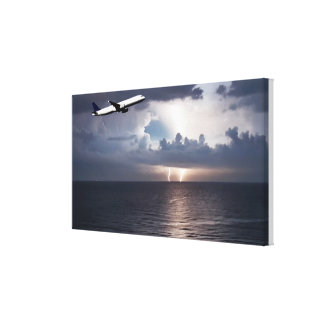 Lienzo avión volando sobre el mar en una tormenta impresión en lona estirada