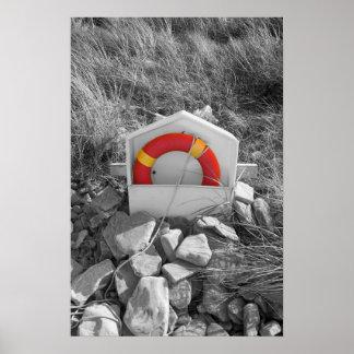 lifebuoy anaranjado en la playa rocosa de Beal Póster