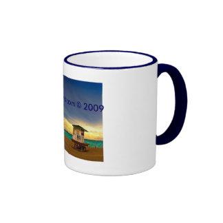 Lifeguard bianca in un cielo blu. coffee mugs