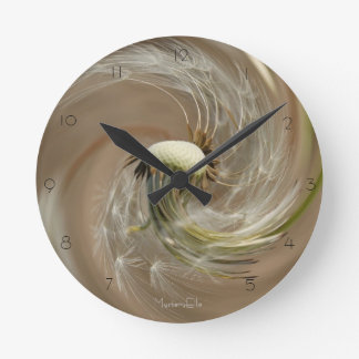 """ligereza"" by mysteryella reloj redondo mediano"