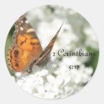 Lila de la mariposa del 5:17 de 2 Corinthians Pegatinas Redondas