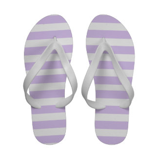 Lila y flips-flopes de las rayas del blanco