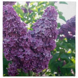 Lilas púrpuras fijadas de cuatro servilletas