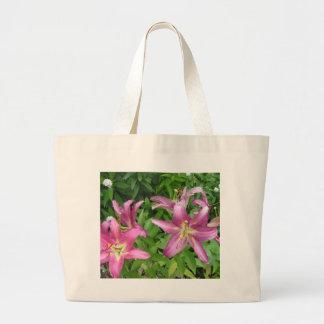 Lillies rosado en el jardín bolsas