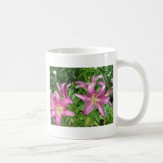 Lillies rosado en el jardín taza de café