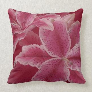 Lillies rosado en rubí almohada