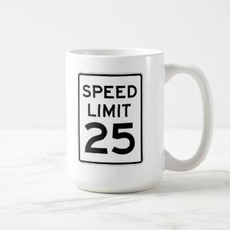 Límite de velocidad muestra de 25 MPH Taza Básica Blanca