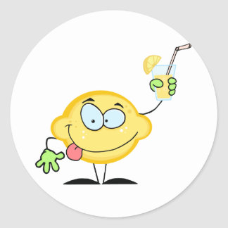 Limón que sostiene un vidrio con limonada pegatina redonda