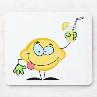 Limón que sostiene un vidrio con limonada tapetes de ratón