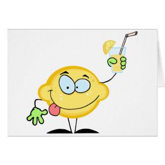 Limón que sostiene un vidrio con limonada tarjeta de felicitación