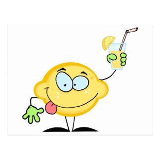 Limón que sostiene un vidrio con limonada tarjetas postales