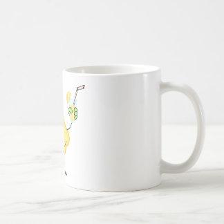Limón que sostiene un vidrio con limonada taza clásica