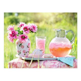 Limonada rosada en la postal de la foto del jardín