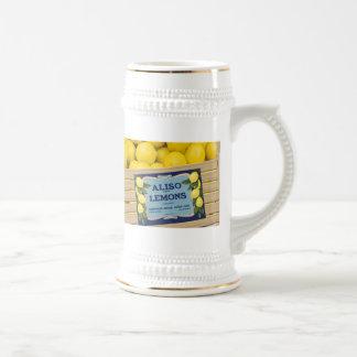 Limones de Aliso en un cajón Jarra De Cerveza