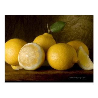 limones en la madera postal