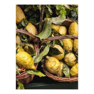"""Limones italianos elegantes en una cesta invitación 5.5"""" x 7.5"""""""