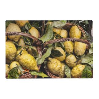 Limones italianos en una cesta tapete individual