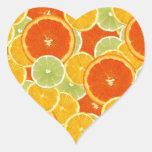 Limones, naranjas y cales pegatina en forma de corazón