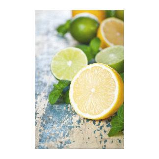 Limones y cales con la menta fresca lona envuelta para galerías