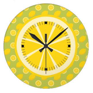 Limones y rebanadas amarillos brillantes reloj de pared