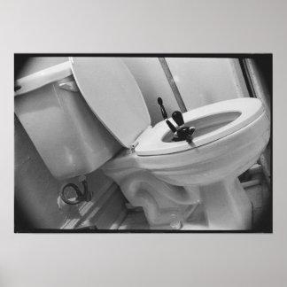 Limpie abajo el retrete con un chorro de agua impresiones
