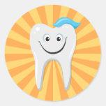 Limpie el diente feliz del dibujo animado con el pegatinas redondas