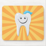 Limpie el diente feliz del dibujo animado con goma tapetes de raton