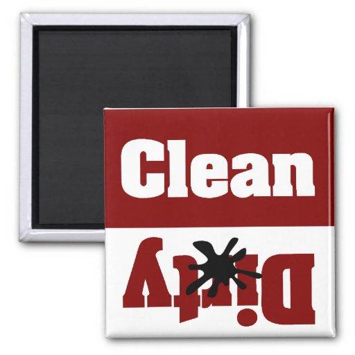 limpie el imán rojo sucio del lavaplatos