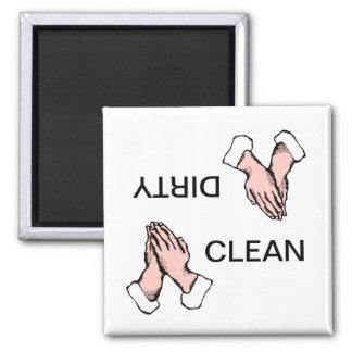 Limpie el imán sucio del lavaplatos de las manos d