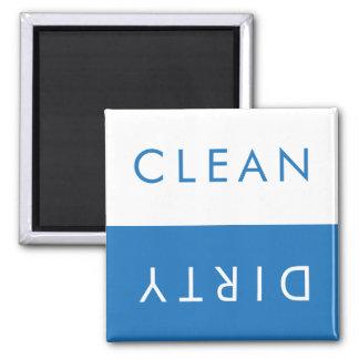 Limpie el imán sucio del lavaplatos en el blanco