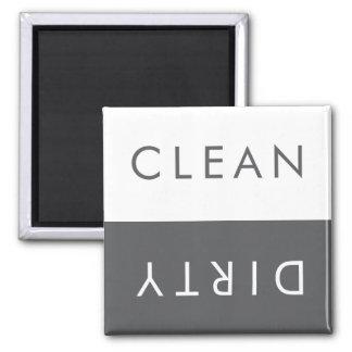 Limpie el imán sucio del lavaplatos en gris y