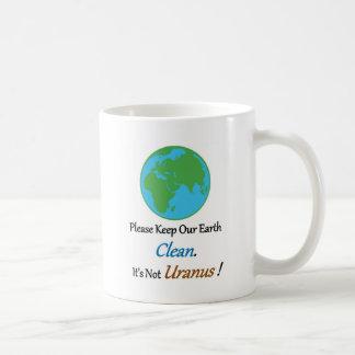 Limpie la tierra llena tazas de café