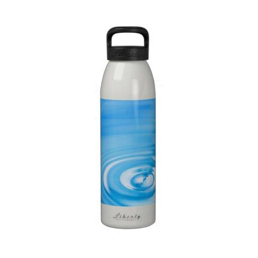 Limpie las ondulaciones del agua azul botallas de agua