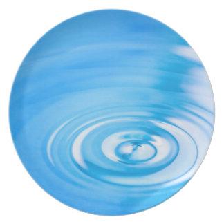 Limpie las ondulaciones del agua azul plato de cena