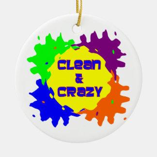 Limpio y loco adorno navideño redondo de cerámica