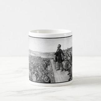 Lincoln que entrega la dirección de Gettysburg Taza Clásica