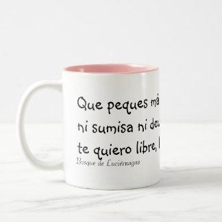 Linda, libre y loca taza de café de dos colores