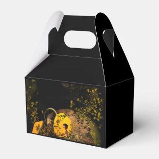 Lindo elven en una cueva con las flores y las cajas para regalos de boda