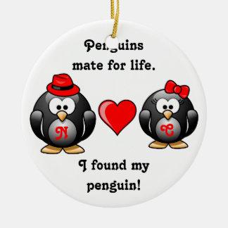 Lindo encontré a mi compañero del pingüino para el adorno navideño redondo de cerámica