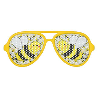 Lindo manosee la abeja con el modelo lentes de sol